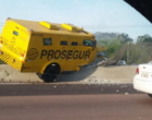 Carro forte bate em mureta e derruba poste na freeway