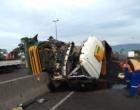 Caminhão carregado com carvão mineral tomba na BR-101