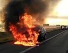Carro pega fogo na freeway