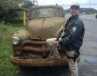 Veículo da década de 50 é flagrado sendo transportado irregularmente em Osório