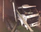 Caminhão desgovernado derruba postes em Osório