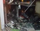 Criminosos explodem caixa eletrônico em supermercado e incendeiam veículo no Litoral Norte
