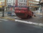 Motorista embriagado capota veículo no centro de Tramandaí