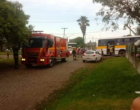 Com falta de ambulâncias, motorista de ônibus escolar é socorrido em veículo particular em Balneário Pinhal