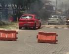 Poste cai sobre veículo que pega fogo em Atlântida