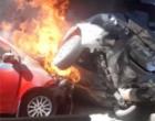 Colisão faz carros incendiarem no pedágio da freeway