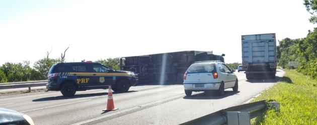 Caminhão tomba na Freeway e bloqueia três pistas