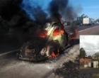 Carro pega fogo na freeway e outro capota na Estrada do Mar