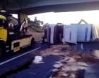 Carreta tomba na Freeway e deixa trânsito lento