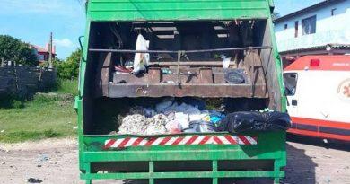 Explosão em caminhão de lixo deixa garis feridos em Imbé