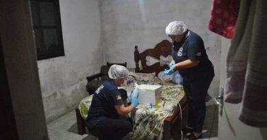 Peritas criminais do IGP realizam a perícia na casa de um dos suspeitos da morte de Alexandre de Oliveira Brito