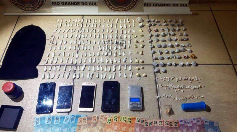 BM prende mulher e seus dois filhos com mais de 400 porções de drogas em Caraá