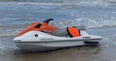 Homem é encontrado morto ao lado de jet-ski na beira mar