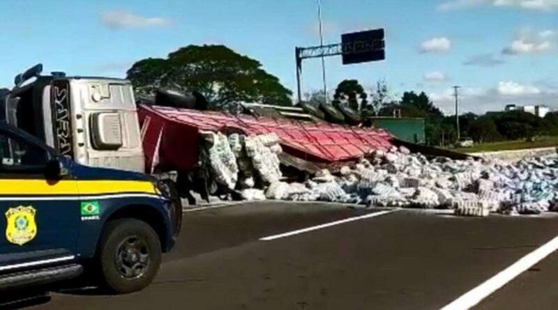 Tombamento de caminhão: liberado trecho da BR-101 em Osório